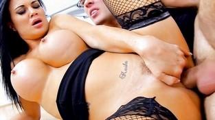 vse-diri-porno-bryunetki-silikonovie-siski-golie-yahte