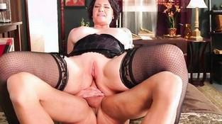 Порно в анал со зрелыми брюнетками