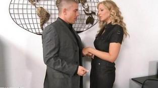 Секс в офисе с красивыми попками и сиськами, освоение струйного оргазма